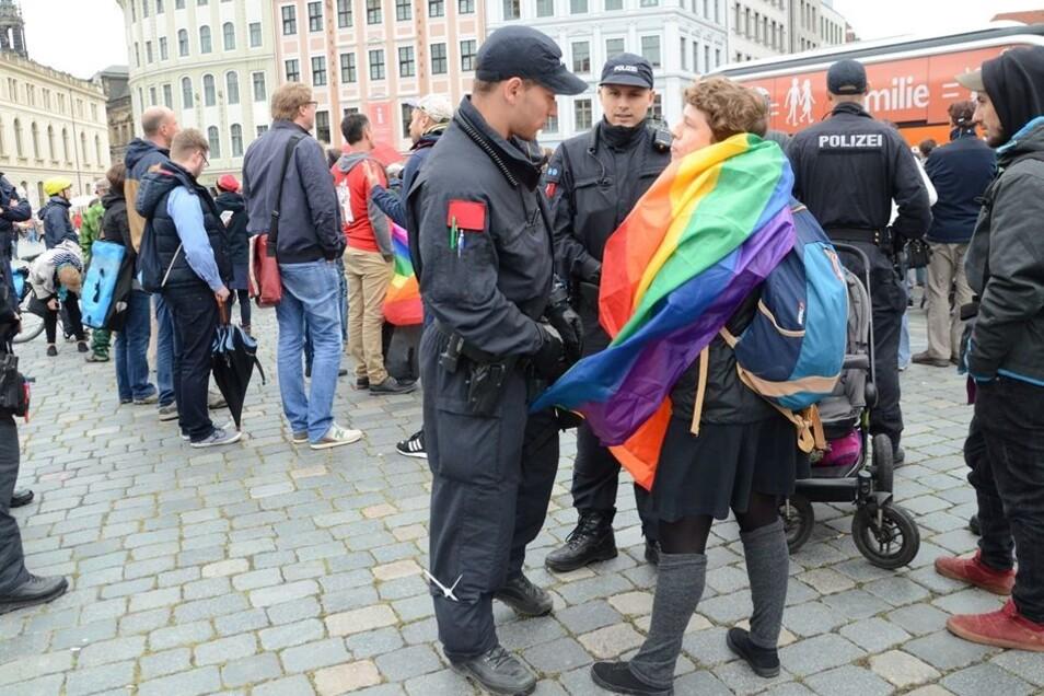 """Einer Demonstrantin drohten Polizisten mit einem Platzverweis. Sie hatte bei der homophoben """"Demo für alle"""" dazwischen gerufen."""