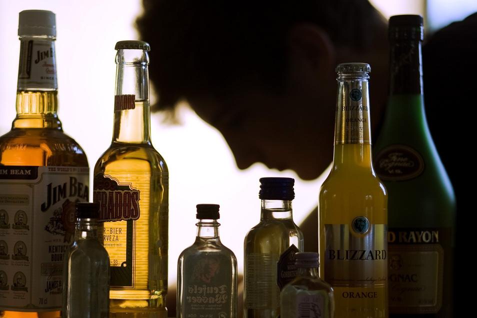Zwei bis drei Flaschen Schnaps trinke er täglich, gibt der Angeklagte zu. In der Entzugsklinik in Radebeul ist er Stammkunde. Allerdings hält er es dort nicht lange aus.
