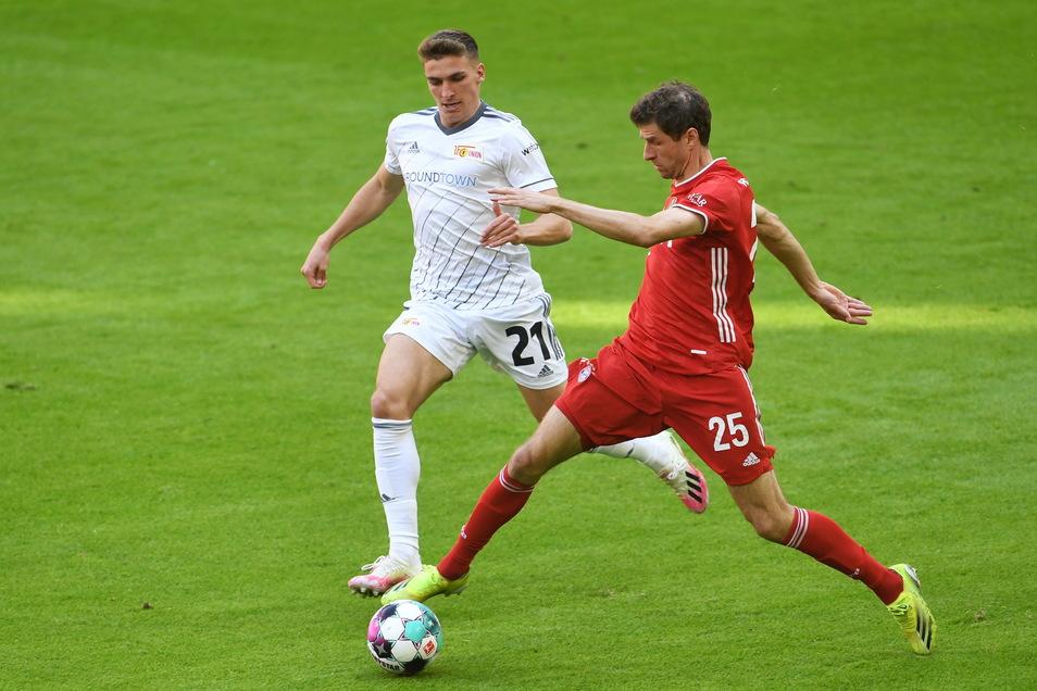 Münchens Thomas Müller (r.) und Unions Grischa Prömel kämpfen um den Ball.