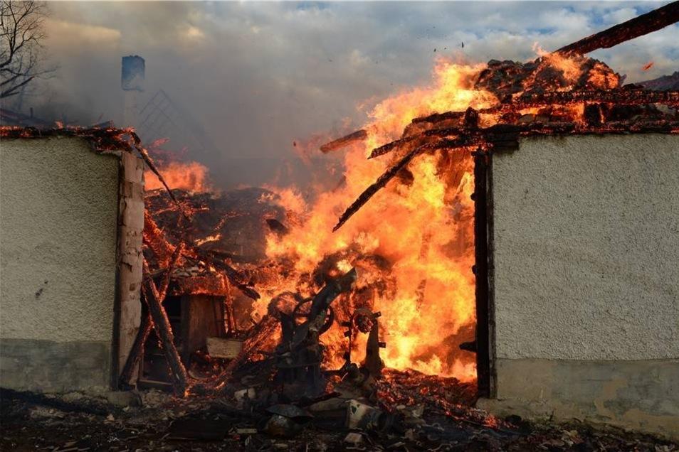 Hier standen ein Stall, eine Scheune sowie ein Wohnhaus in Flammen.