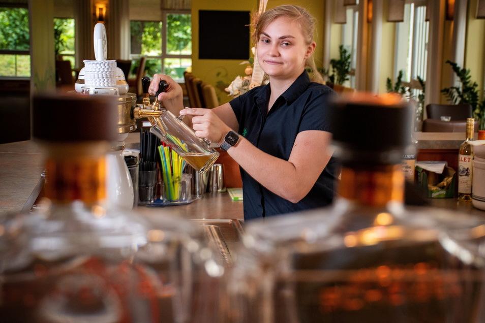 Lisa-Marie Möbius lässt fürs Foto an der Theke im WelWel Döbeln ein Bier ein. Das Restaurant ist derzeit wie viele andere in der Region gut ausgebucht.
