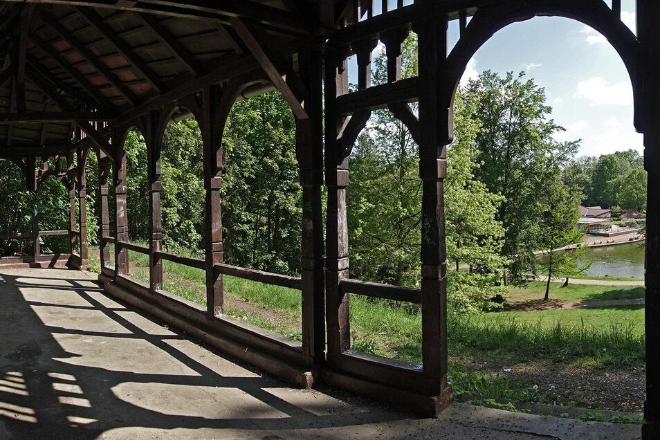 Aus dem alten Musikpavillon fällt der Blick auf den Bürgergarten. Für den Pavillon soll eine Nutzung gefunden werden. Außerdem ist er vor Vandalismus zu schützen.