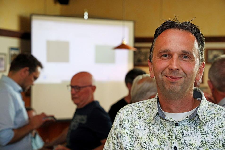Geschafft: Marco Müller kurz nach der Auszählung der Stimmen der Riesaer Oberbürgermeisterwahl am Sonntagabend.