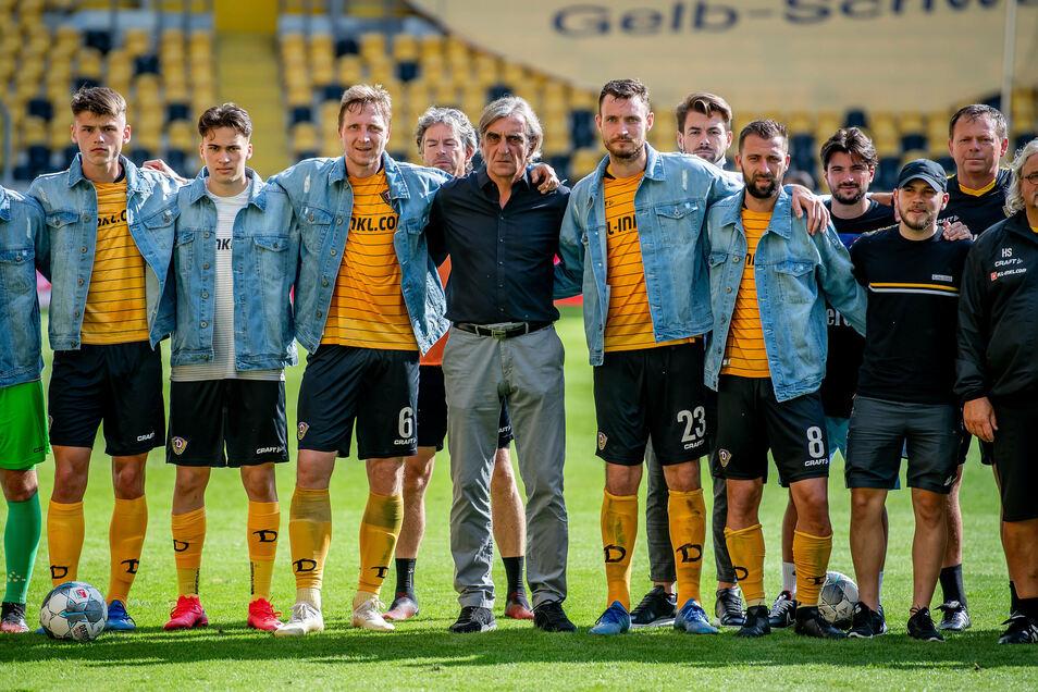 Das letzte Bild mit Ex-Sportchef Ralf Minge ist auch das Abschlussfoto der Abstiegssaison. Die allermeisten haben Dresden danach verlassen.