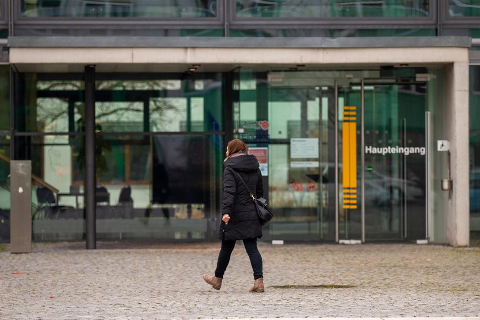 Hinter verschlossenen Türen wird derzeit in der Arbeitsagentur wie hier in Pirna intensiv an der Bewältigung der Krise gearbeitet.