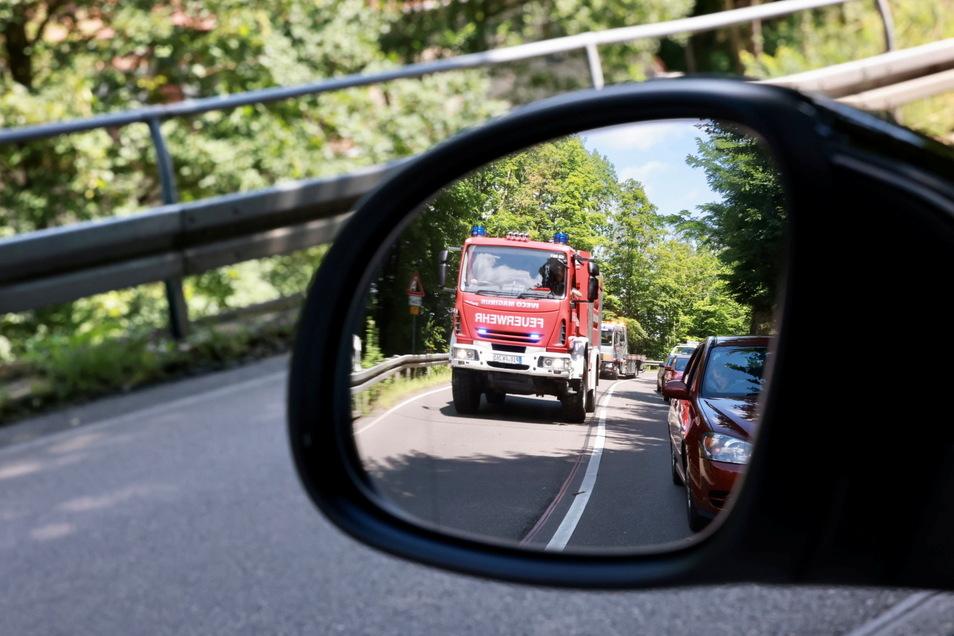 Nichts geht mehr: Wegen der gesperrten B 172 bildete sich in Richtung Königstein ein langer Stau. Die Polizei kontrollierte am Abzweig nach Gohrisch alle Fahrzeuge. Nur wer wirklich ins Krisengebiet musste, durfte auch durch.