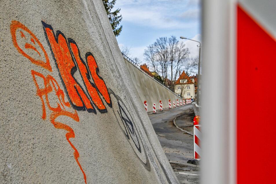 Graffiti auf der neuen Kummersberg-Stützmauer an der Zittauer Bergstraße.