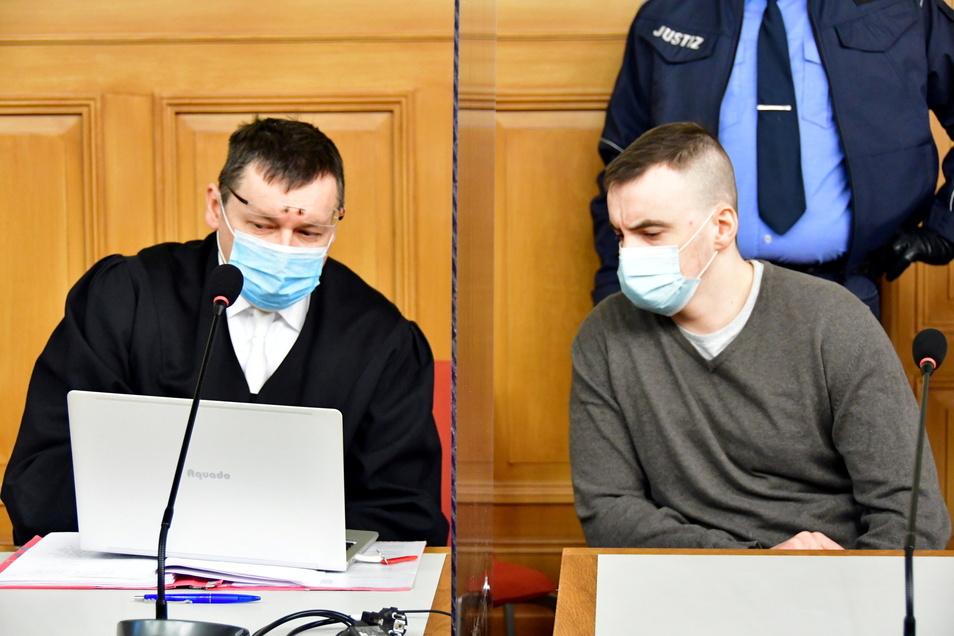 Der 28 Jahre alte Angeklagte mit seinem Verteidiger Arnold Fetzer im Landgericht.