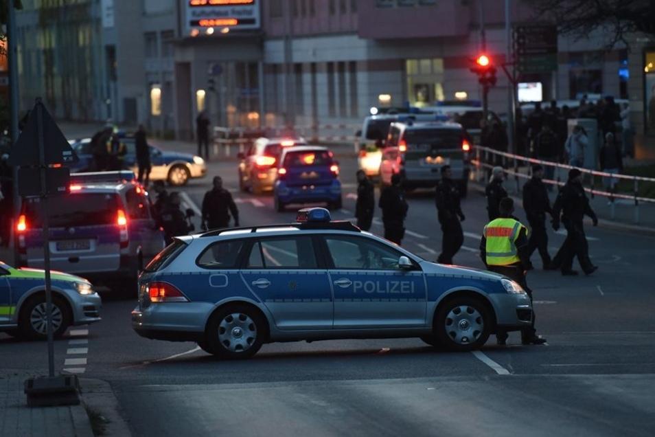 Die Polizei sperrt die Burgker Straße ab. Es bleibt weitgehend ruhig.