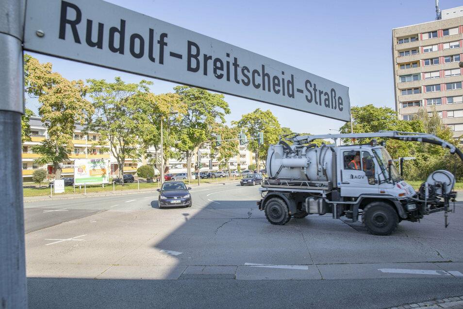 Blick aus Richtung Volkshaus: Von der Berliner Straße kommend gibt es derzeit zwei Linksabbiegerspuren - noch. Die Rechte soll wegfallen, dafür der Fußweg verbreitert werden.