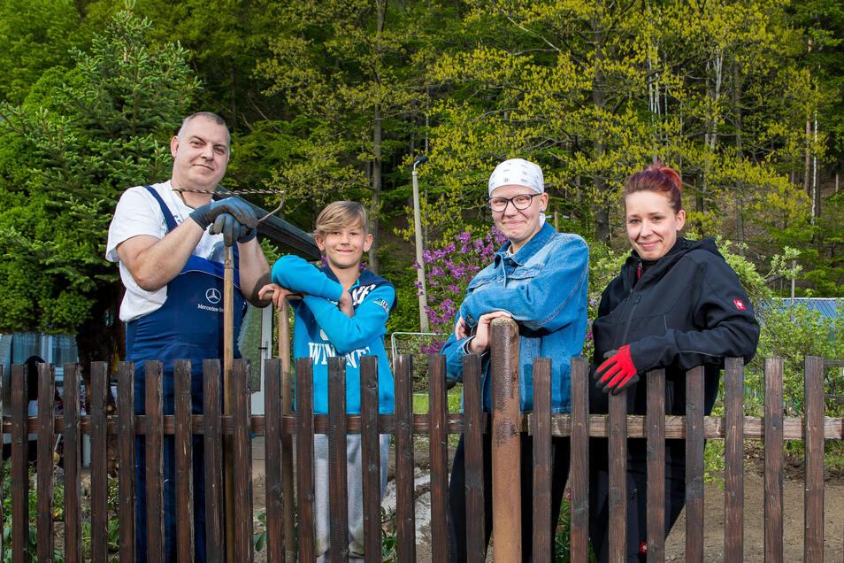 Endlich einen Garten: Jana Mühle (r.) mit ihrem Lebensgefährten Silvio Georgi und ihren Kindern Fabian und Felicia.