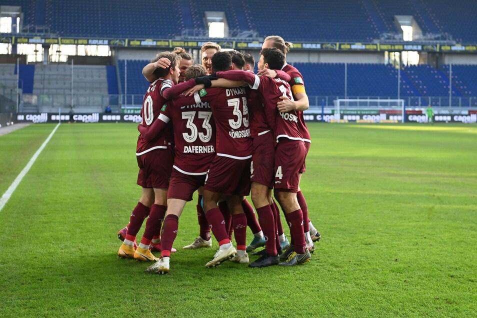 Dynamo hat in Duisburg allen Grund zur Freude. Den Dresdnern gelingen drei Treffer.