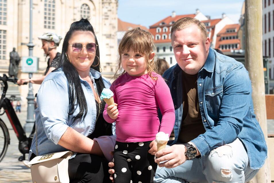 Leni (3) genießt mit ihren Eltern Stephanie und Florian Floß auf dem Neumarkt das erste Eis des Jahres.
