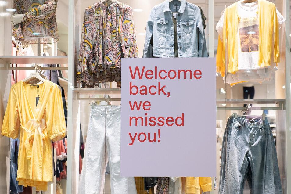"""Ein Schild mit der Aufschrift """"Welcome back, we missed you"""" hängt in der Dresdner Altmarkt-Galerie in einem Schaufenster"""