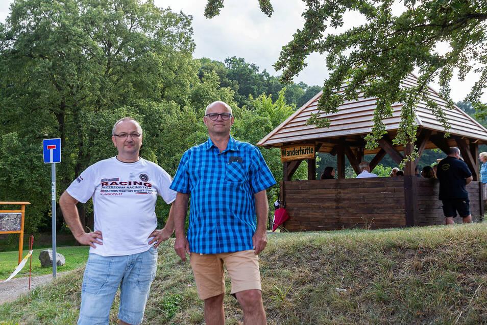 Stolze Väter des Erfolgs: Ortsvorsteher Thomas Käfer und Wanderwegewart Ralf Fichtner bei der Eröffnung der Wanderhütte.
