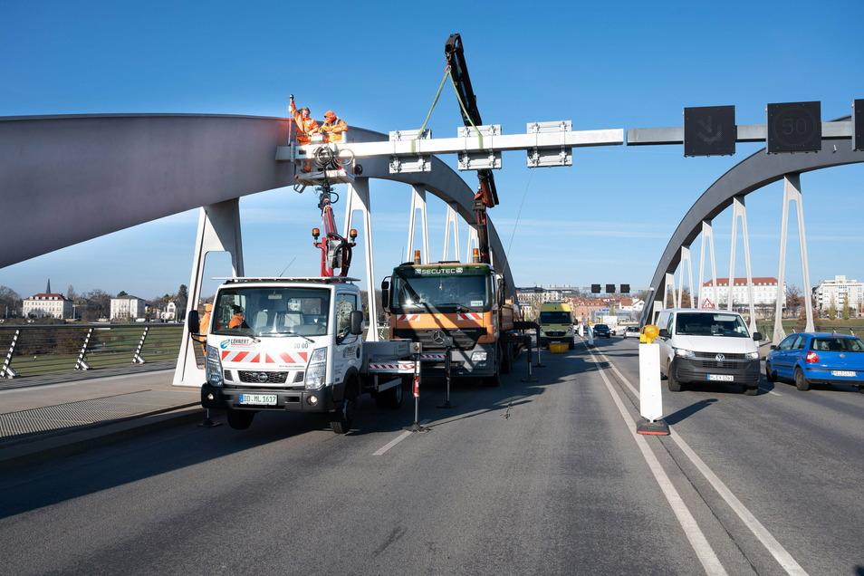 Im zweiten Anlauf ist es jetzt gelungen, die Schilderbrücke am Bogen der Waldschlößchenbrücke zu montieren. Der alte Ausleger war bei einem Unfall im Februar beschädigt worden.