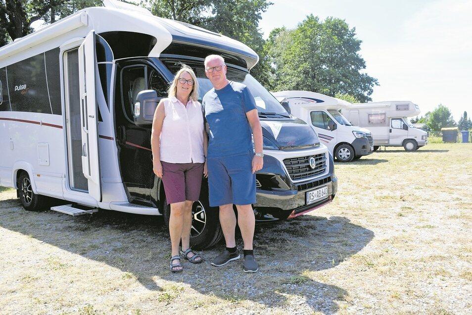 Das Ehepaar Bettina und Andreas Finkenberg hat auf seiner Tour durch den Osten den Wohnmobilstellplatz am Erlichthof Rietschen erreicht.