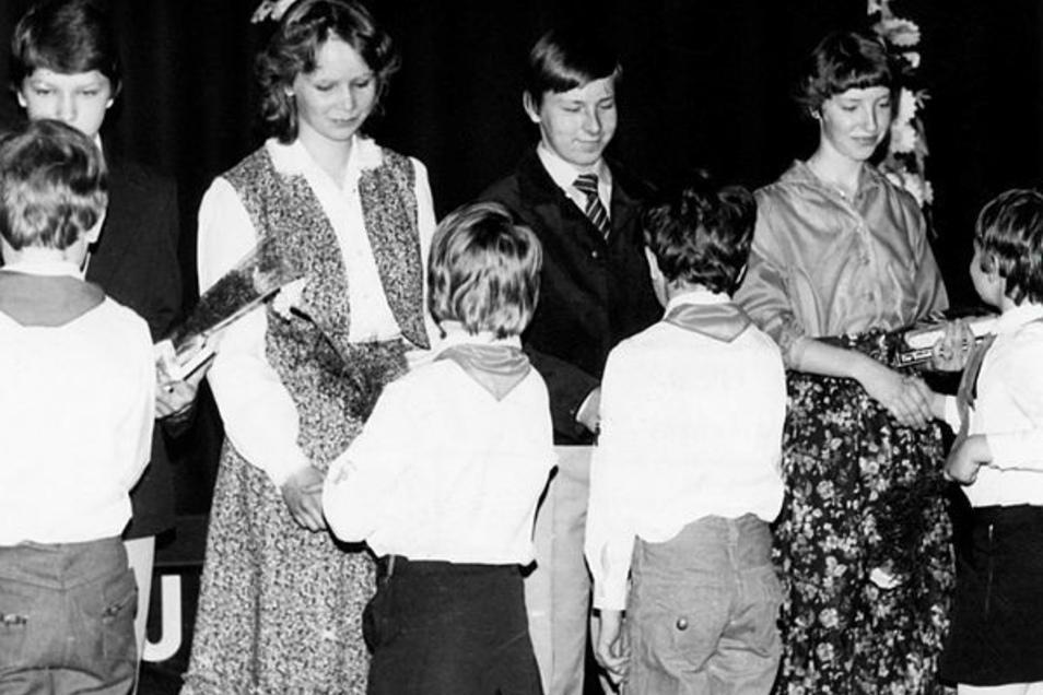 Junge Pioniere gratulieren: Jugendweihe in Niesky vor 1990.