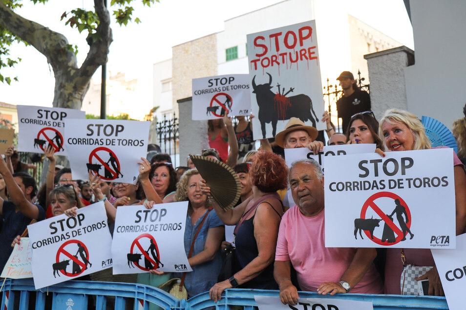 Demonstranten protestieren gegen die Wiederaufnahme von Stierkämpfen auf Mallorca.