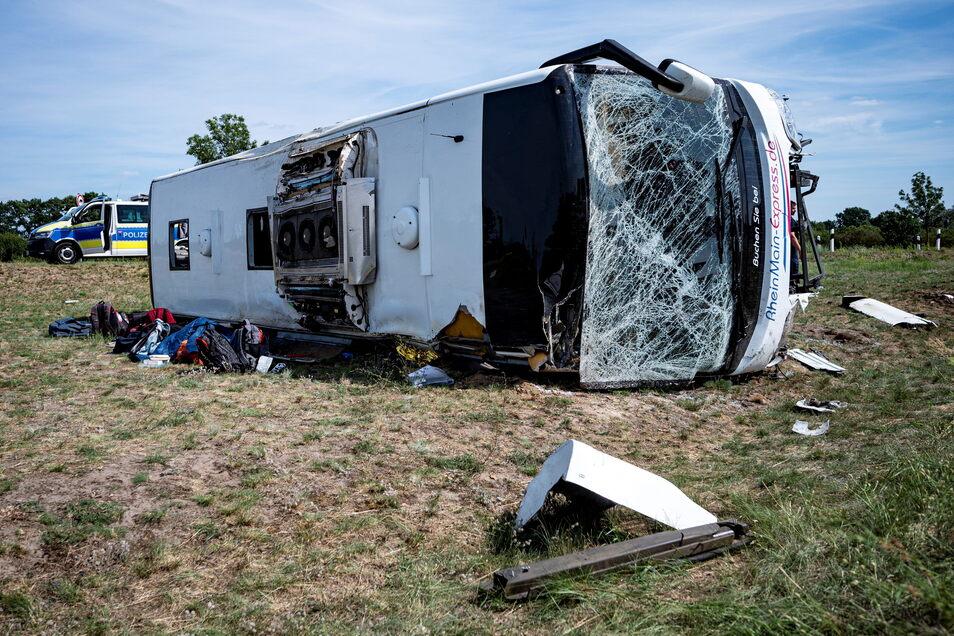 Der Bus überschlug sich nach dem Unfall einmal und kippte dann auf die Seite.