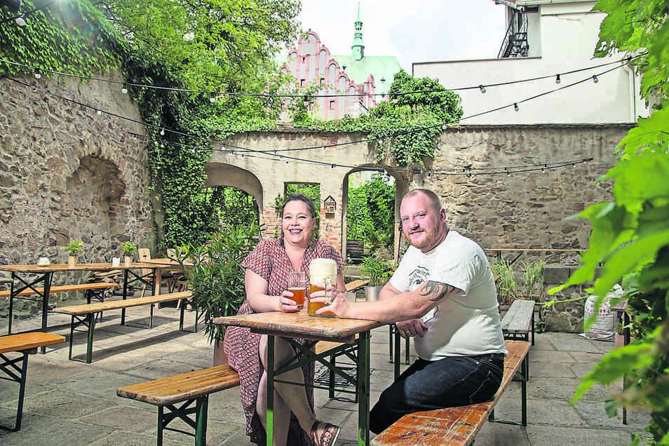 Diana Klaus-Metzner und Alexander Klaus betreiben in der Neißstraße die Bierblume, brauen dort ihr eigenes Bier. Jetzt laden sie auch nach draußen in den Bierhof ein. Bis Ende August betreiben sie zudem den Stadthallengarten als Biergarten.