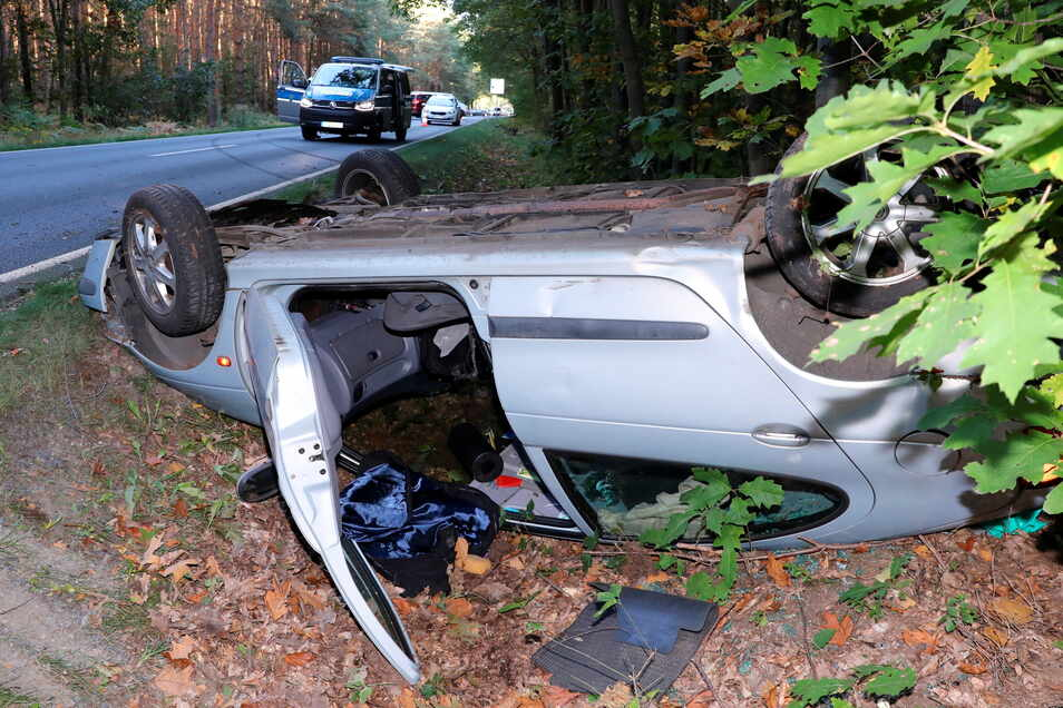 Der Renault überschlug sich und landete im Straßengraben.