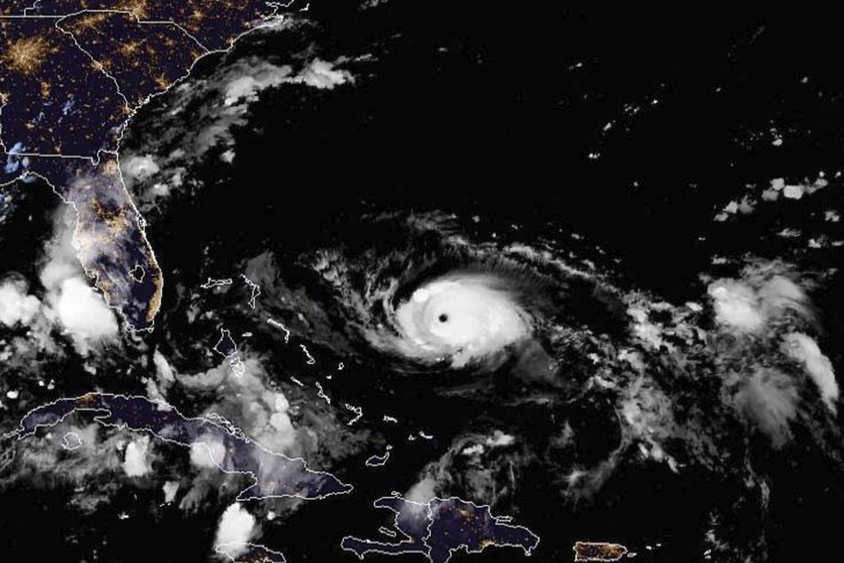 """Dieses von der National Oceanic and Atmospheric Administration (NOAA) zur Verfügung gestellte Foto zeigt eine Satellitenansicht vom Hurrikan """"Dorian"""", aufgenommen am Freitag um 22:00 Uhr EDT (Eastern Daylight Time North America)."""