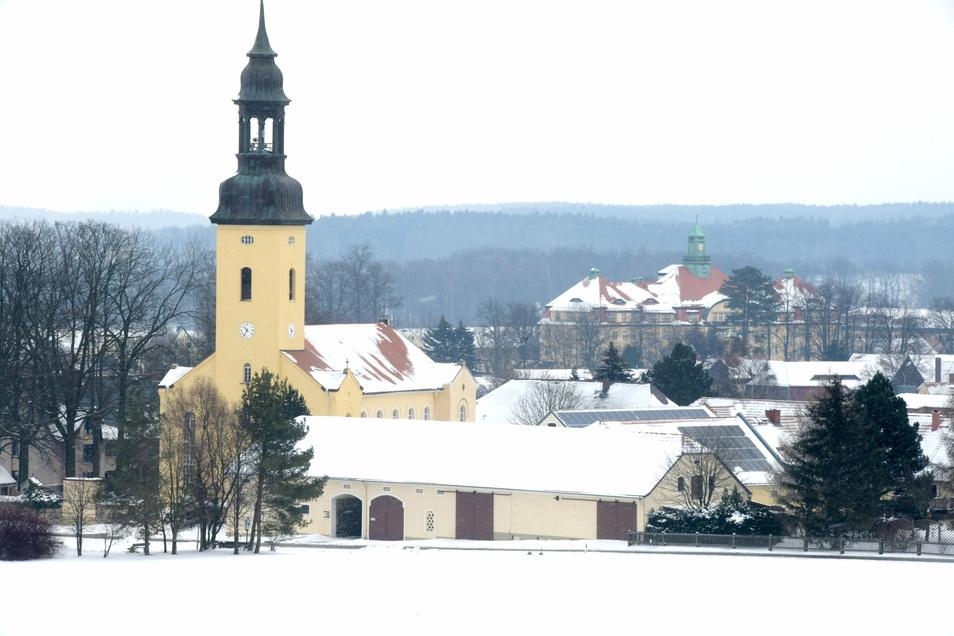 Kirche und Katharinenhof gehören wie die Feuerwehr zu Großhennersdorf. Doch die großen Jubiläumsfeiern müssen warten.