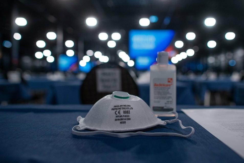 Atemschutzmasken liegen beim Bundesparteitag der AfD auf einem Tisch.