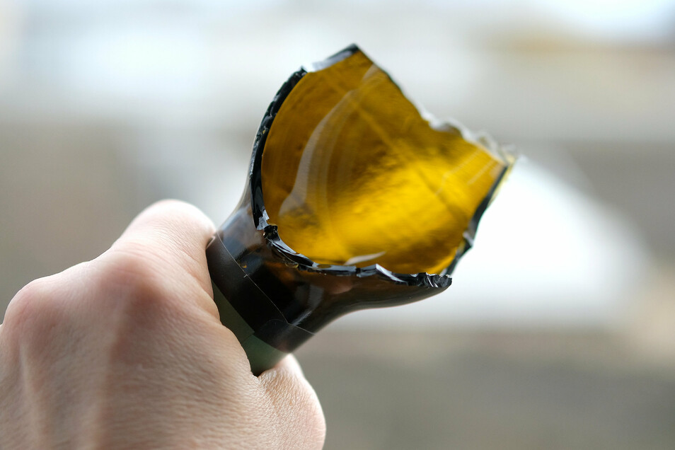 Mit einer abgebrochenen Bierflasche wie dieser soll der Angeklagte zugestochen haben. Die Polizei findet zwei kaputte Bierflaschen. Etwas anderes ist aber nicht mehr da.