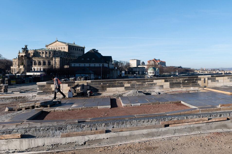 Verlegt werden jetzt auch wieder die Granitplatten des Fußweges.