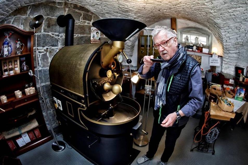 Das Kaffeemuseum im Oberen Kirchweg 26 in Ebersbach ist seit 1. April offen. In den mehr als 200 Jahre alten Ausstellungsräumen werden rund 300 Exponate rund um das Thema Kaffee präsentiert. Das Museum ist täglich – außer donnerstags – von 11 bis 17 Uhr geöffnet. Besucher der Einrichtung können das Kaffeemuseum erkunden, die Kaffeerösterei kennenlernen und beim Kaffee die verschiedenen Sorten kosten. Regelmäßig finden Veranstaltungen statt, die nächste am 15. April. Der Neugersdorfer Mundartsprecher Hannes Thomas und die Gierschdurfer Bicher-eulen – der Förderverein der Stadtbibliothek Ebersbach-Neugersdorf – stellen ein Mundartprogramm vor. Beginn ist 15 Uhr. Ab dem kommenden Montag findet immer montags – außer an Feiertagen – ab 11 Uhr ein Schaurösten von Kaffee statt, der anschließend verkostet wird. Ab 23. April, der auch Tag des Bieres ist, wird es wieder Kaffeebier im Kaffeemuseum geben.
