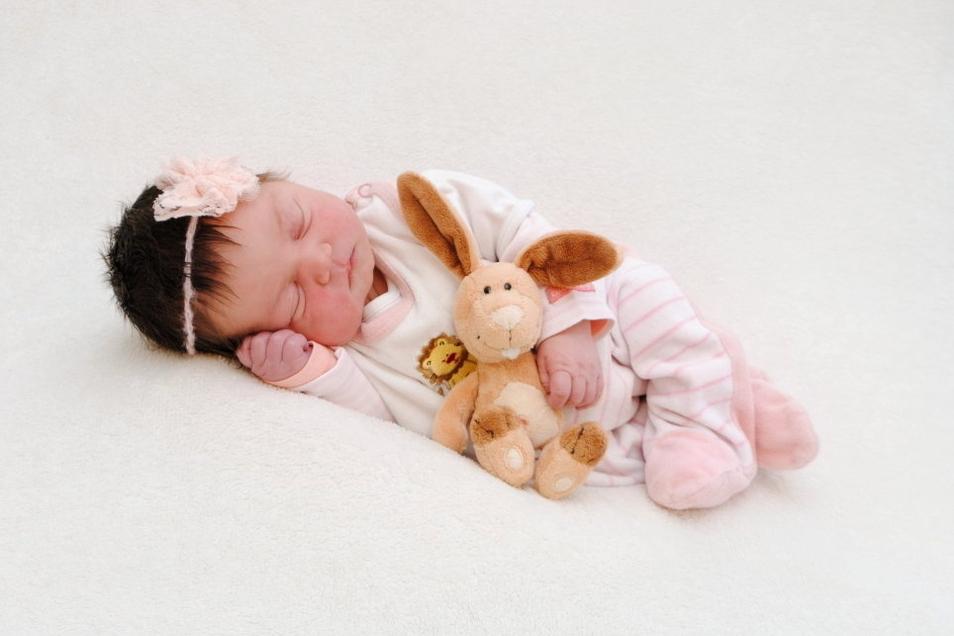 Leonore, geboren am 24. März, Geburtsort: Meißen, Gewicht: 3.705 Gramm, Größe: 51 Zentimeter, Eltern: Johanna Görne und Felix Hahm, Wohnort: Radeburg