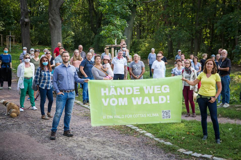 Eine Dresdner Bürgerinitiative will verhindern, dass ein Waldstück am Leutewitzer Park neuen Wohnhäusern weichen muss.