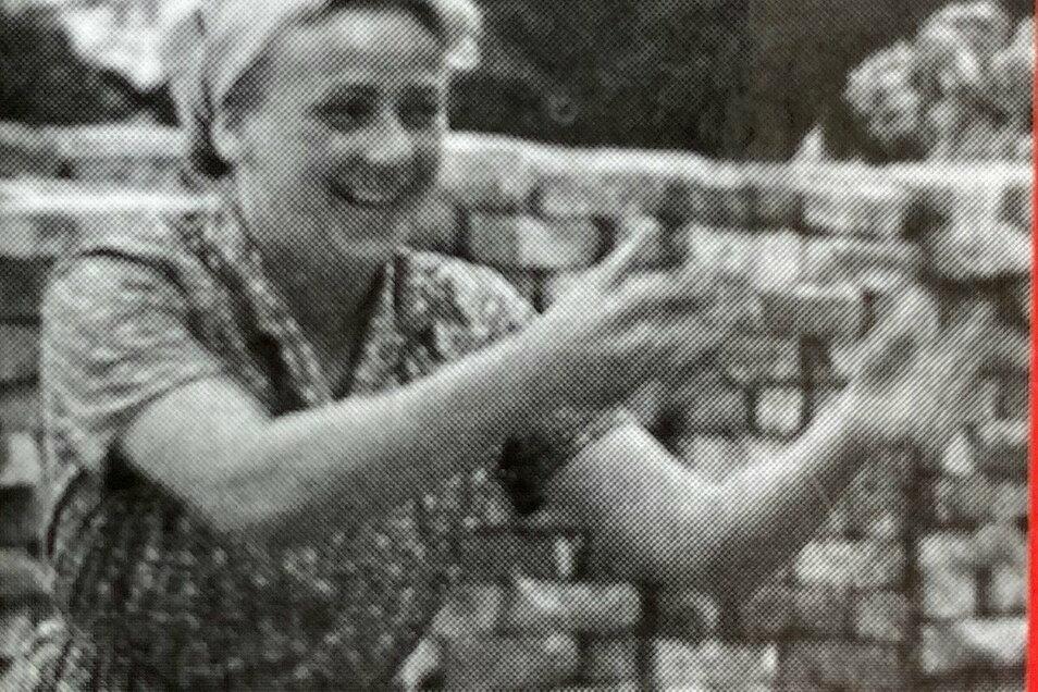 Ein altes Foto zeigt Margarete Oelschlägel als Trümmerfrau.