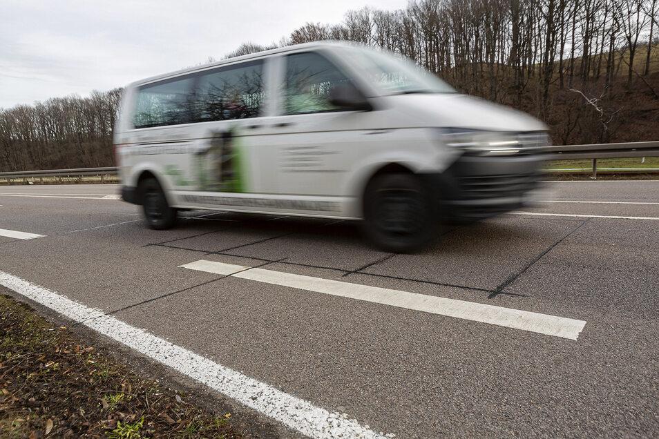 Der Fahrer merkt nichts davon. Aber die schwarzen Rechtecke in Obercarsdorf in der Bundesstraße 170 sind Messschleifen, die jedes Fahrzeug registrieren.