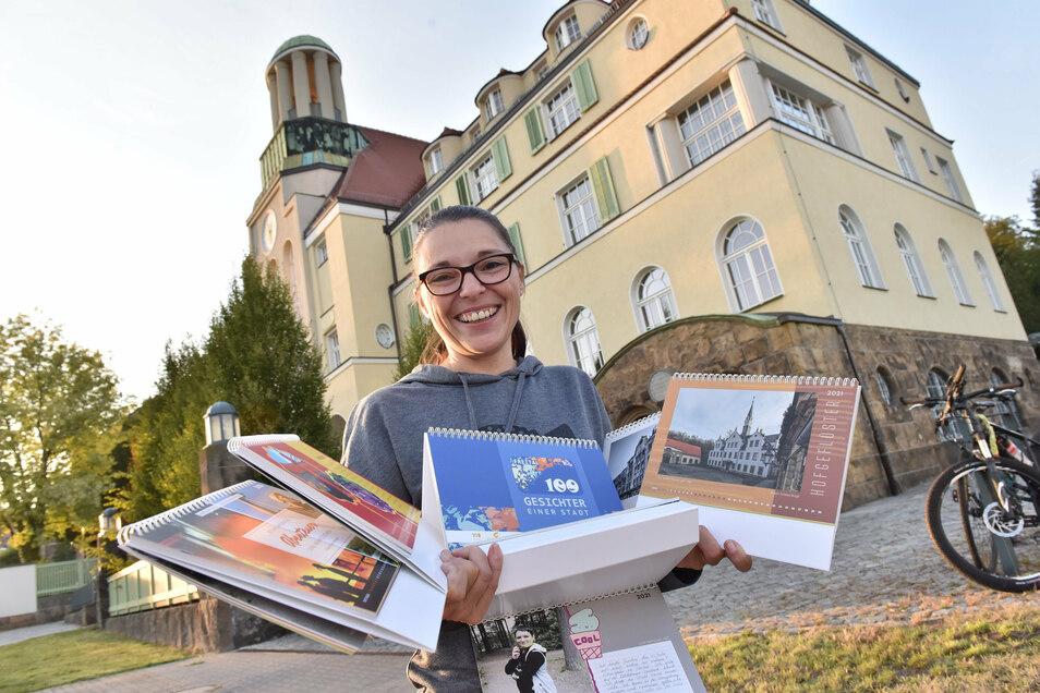 Die Projektmanagerin Katrin Hollube vom Familienzentrum Regenbogen Freital präsentierte den Jubiläumskalender zum 99. Geburtstag der Stadt.