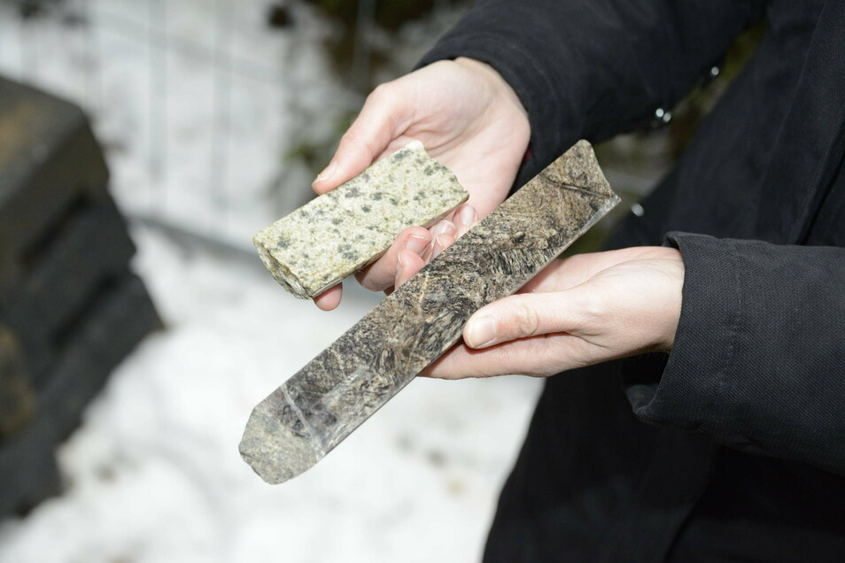 Diese Gesteinsbrocken sind in den 1980er-Jahren aus dem Fels bei Sadisdorf gebohrt worden. Sie machen Hoffnung, dass sich dort Bergbau wieder lohnt.