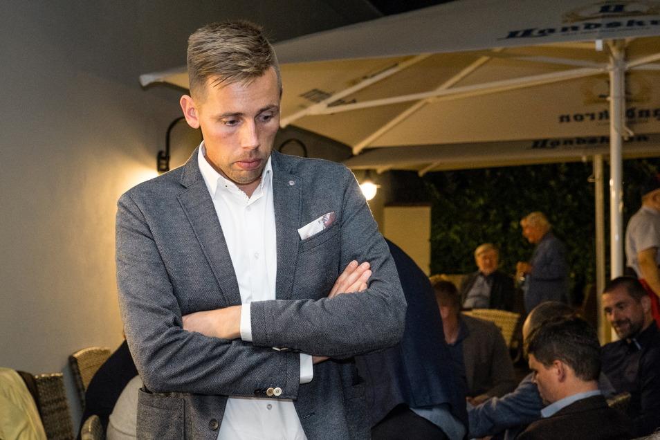 Am Wahlabend schaut sich der CDU-Kandidat Florian Oest nachdenklich die Ergebnisse aus den Städten und Gemeinden im Wahlkreis Görlitz an.