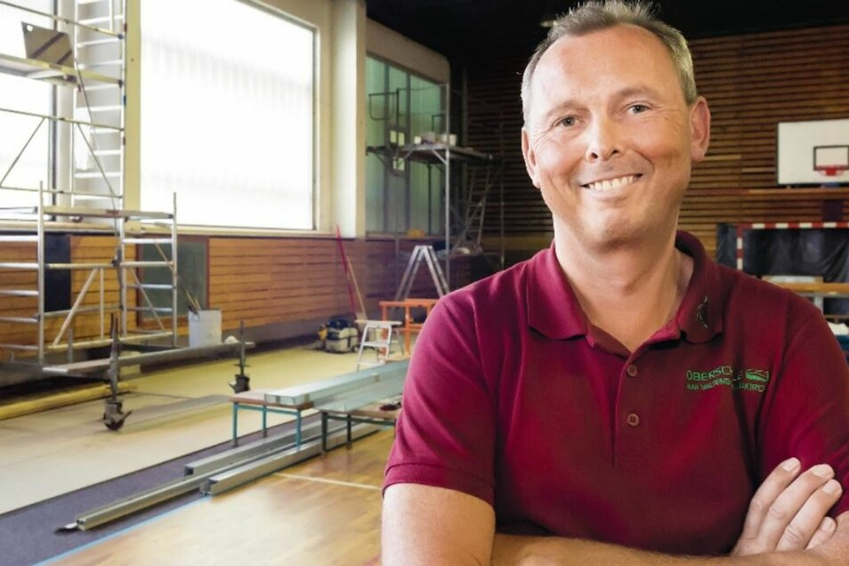 Tor und Basketballkorb lassen erahnen, dass diese Baustelle eine Turnhalle ist. Trotz Chaos freut sich Neukirchs Schulleiter Michael Hubrich über den Baufortschritt.