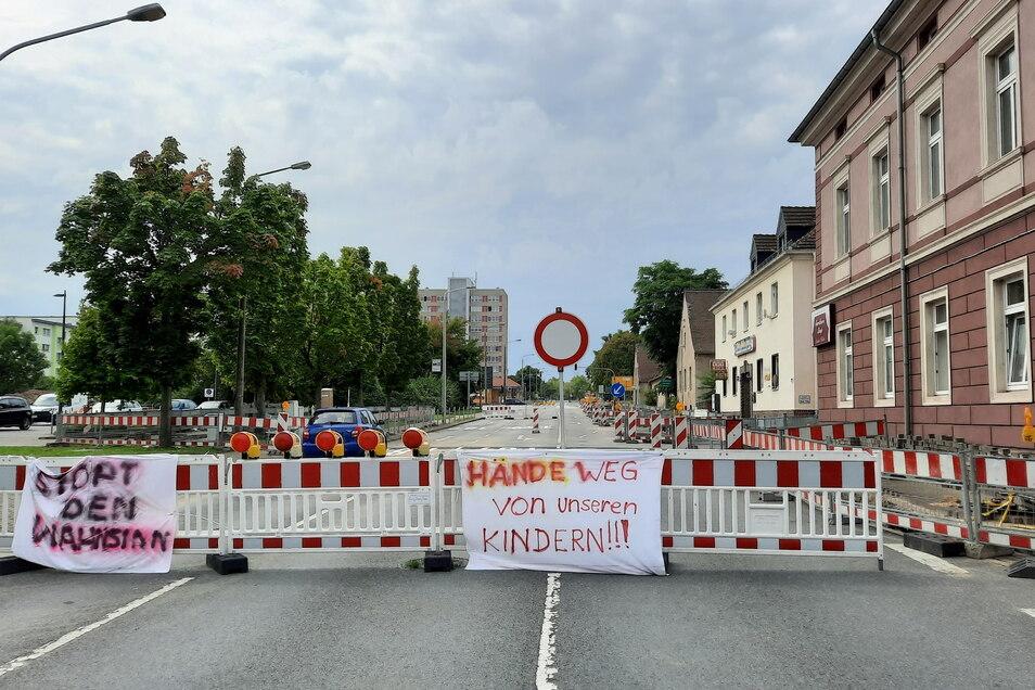 An der Baustelle Berliner Straße in Riesa sind am Mittwoch Transparente aufgetaucht, die offenbar von Gegnern der Corona-Schutzimpfung stammen.
