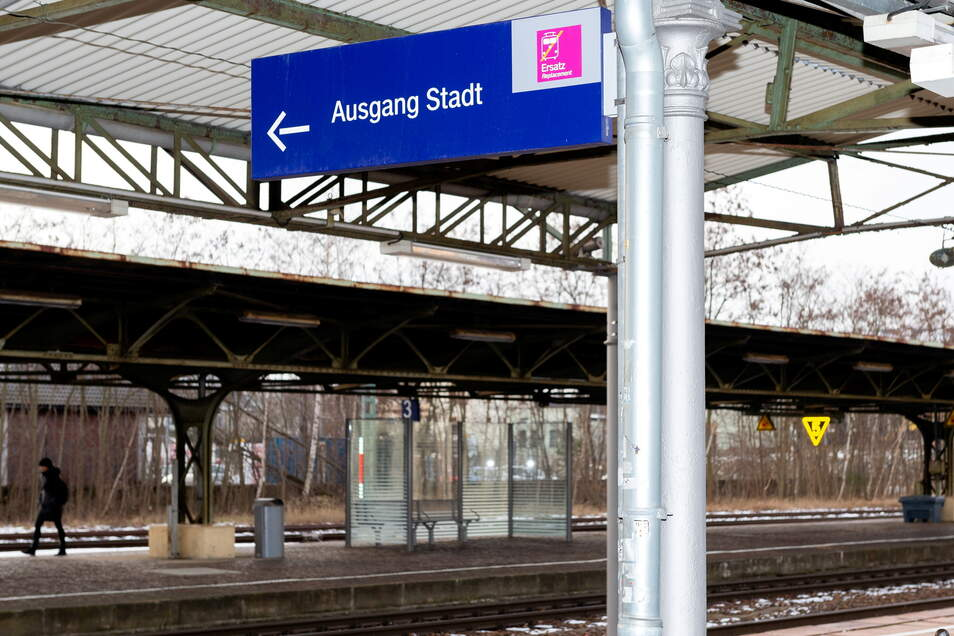 Auf dem Gelände des Bischofswerdaer Bahnhofs wurden Graffiti-Schriftzüge entdeckt.