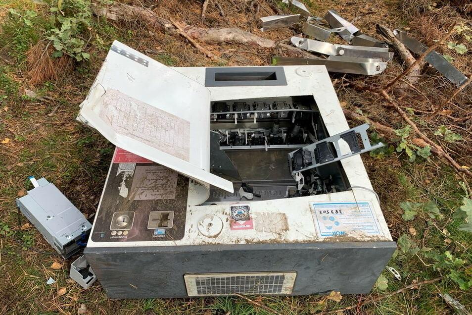 Einen zerstörten Zigarettenautomaten hat ein Mann beim Pilze-Suchen nahe Königswartha gefunden.