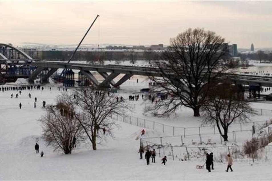 Bauarbeiten 2010  Im Dezember 2010 erfolgte das Einschwimmen des Brückenbogens, was auch als optisches Richtfest des Bauwerks galt.