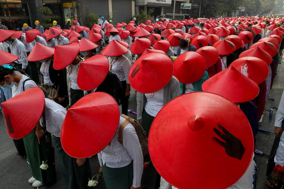 Myanmar, Mandalay: Lehrer, in ihren Uniformen und traditionellen Myanmar-Hüten, nehmen an einer Demonstration gegen den Militärputsch teil. In Myanmar reißen die Proteste gegen die Militärjunta nicht ab.
