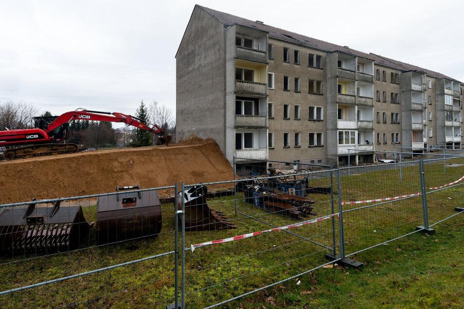 Die letzten Mieter zogen im vergangenen Jahr aus diesem Block an der Bergstraße in Bischofswerda. Nun wird das Gebäude mit 40 Wohnungen abgerissen.