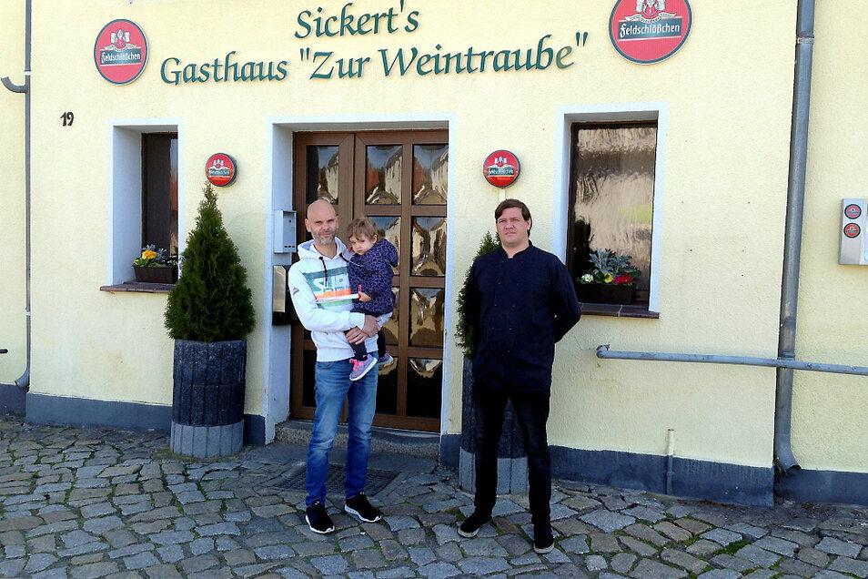 """Die """"Weintraube"""" an Groß Särchens Hauptstraße wird von Kay Sickert geführt. Ob Tochter Greta, die er auf dem Arm hält, mal in Vaters Fußstapfen treten wird? Küchenchef ist Enrico Heß."""