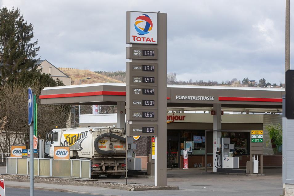 Auf die Total-Tankstelle an der Poisentalstraße in Freital wurde ein Überfall verübt.