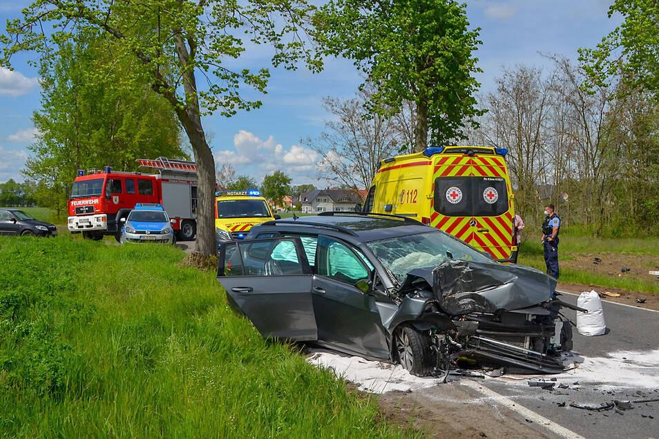 Der Fahrer dieses Autos wurde nach dem Zusammenstoß mit einem Baum mit schweren Verletzungen ins Krankenhaus eingeliefert.