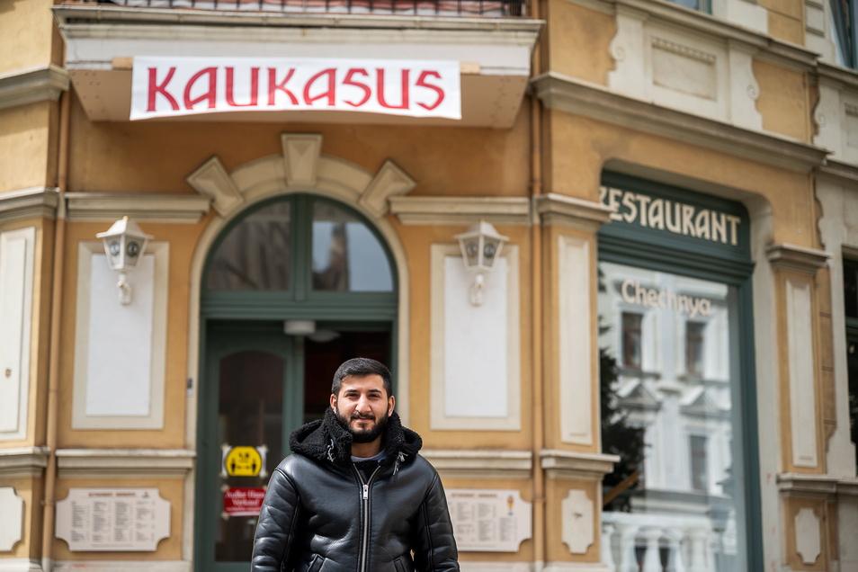 """Romani Mustoevi vor seinem neuen Restaurant """"Kaukasus"""" auf der Jauernicker Straße 33: Er kam mit seiner Familie aus Georgien."""